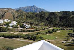 Spacious top floor 3 bedroom apartment with golf sea and mountain views