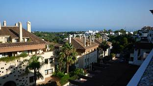 Lovely south-east facing duplex apartment, top floor with panoramic sea and mountain views in a nice complex situated in one of the best areas of Marbella´s Golden Mile